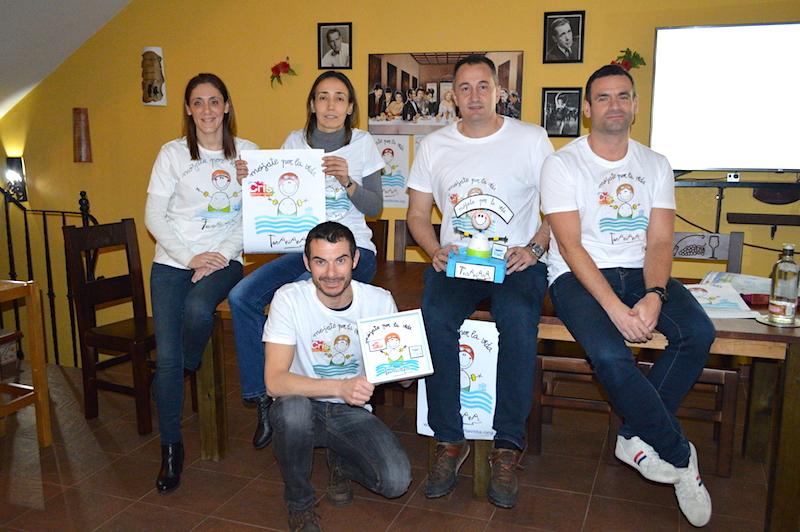 Cuatro nadadores  y un miembro de la orgnaización  en Arenas de San Juan.